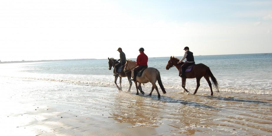 Proùmena à cheval sur la plage.