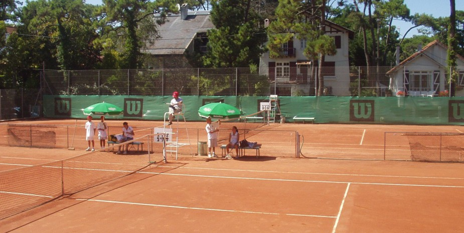 terrain de tennis en terre battue